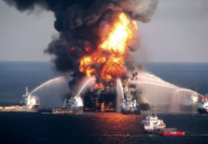 Platforma marina BP Deepwater Horizon in flacari in Golful Mexic.